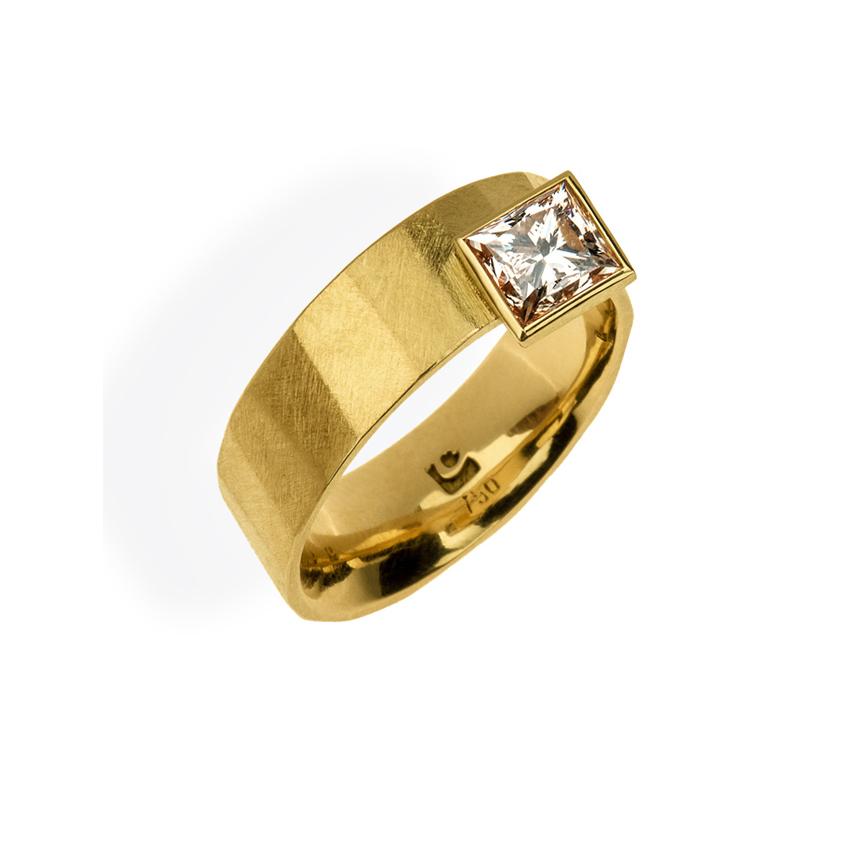 Der Ring Facette III aus Gelbgold mit Diamant ist eine der Schmuck-Kreationen aus unserer Goldschmiede in Castrop-Rauxel bei Herne