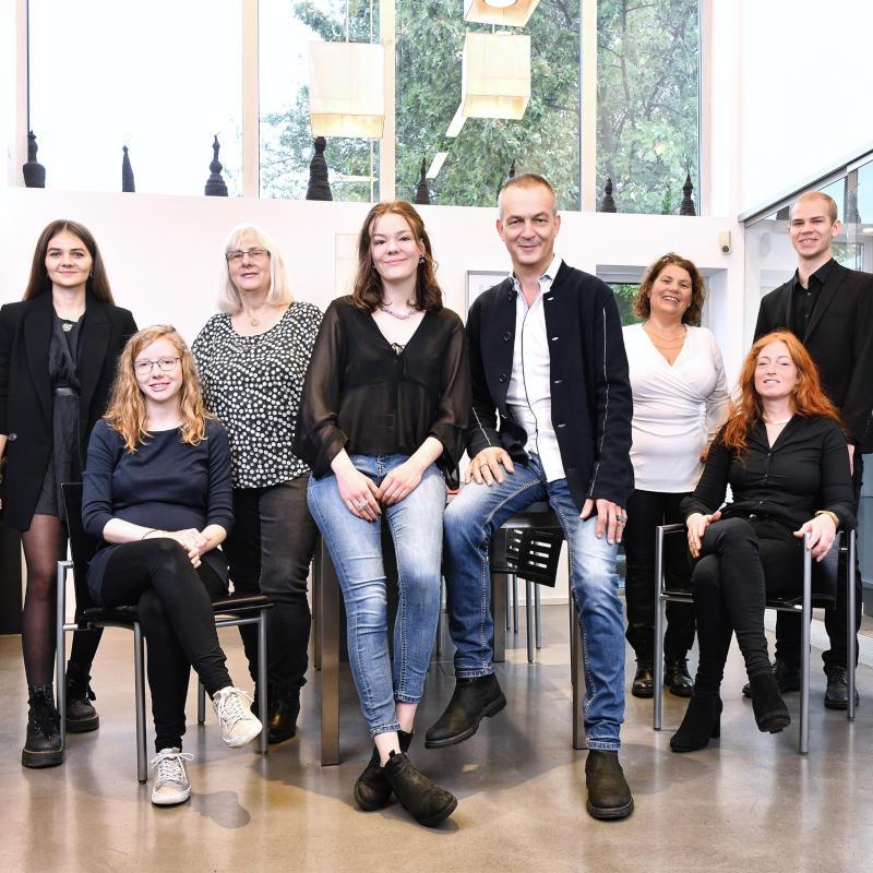 Das Team vom Galeriehaus Grosche, hier auf dem Foto abgebildet, freut sich darauf, Sie zu beraten, um gemeinsam mit Ihnen das perfekte Schmuckstück, den besonderen Verlobungsring oder die besonderen Eheringe für sich und Ihre Liebsten zu finden