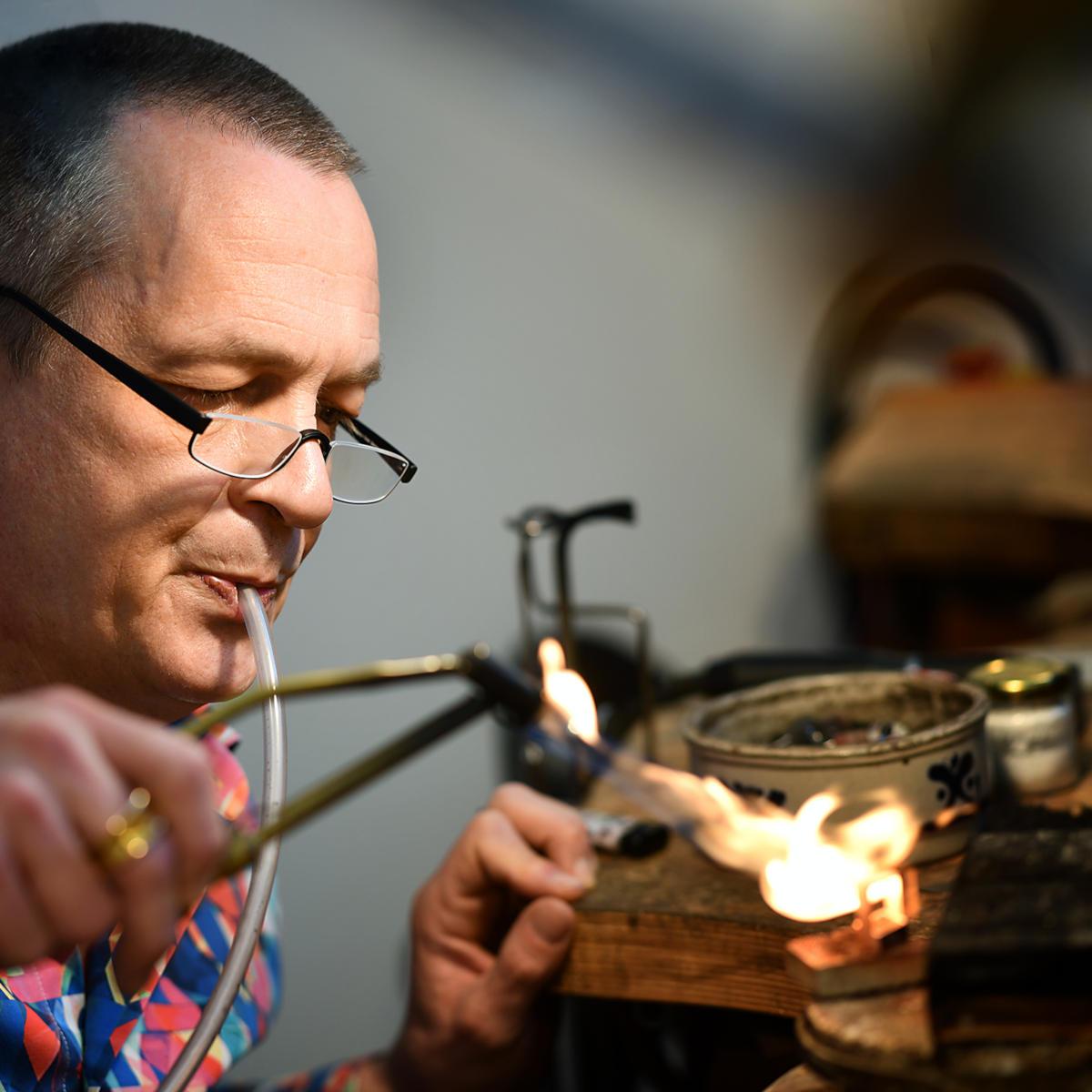 Goldschmied Matthias Grosche aus Castrop-Rauxel im Kreis Recklinghausen bei seinen Arbeiten in der eigenen Werkstatt