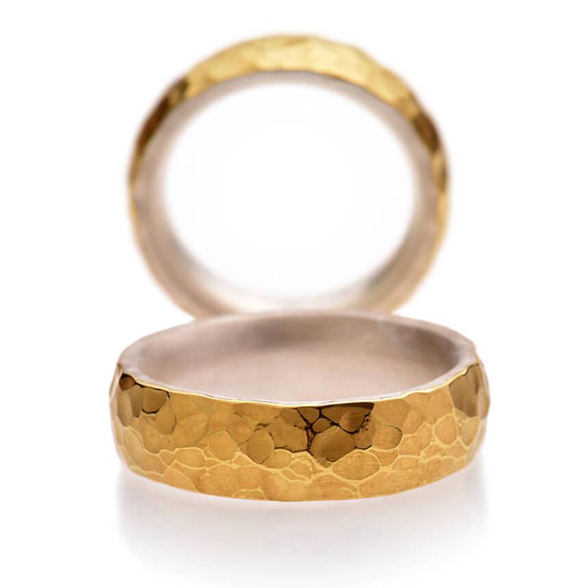 Spuren ist einer der ausgefallenen Eheringe aus unserer bei Herne gelegenen Goldschmiede