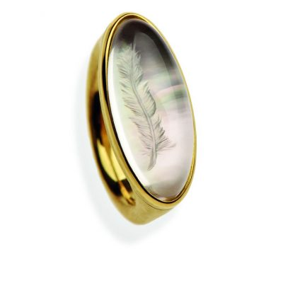 750/-Gelbgold 1 handgravierter Bergkristall Cabouchon mit Perlmutt hinterlegt