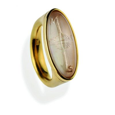 750/-Gelbgold 1 handgravierter Morganit Cabouchon mit Perlmutt hinterlegt
